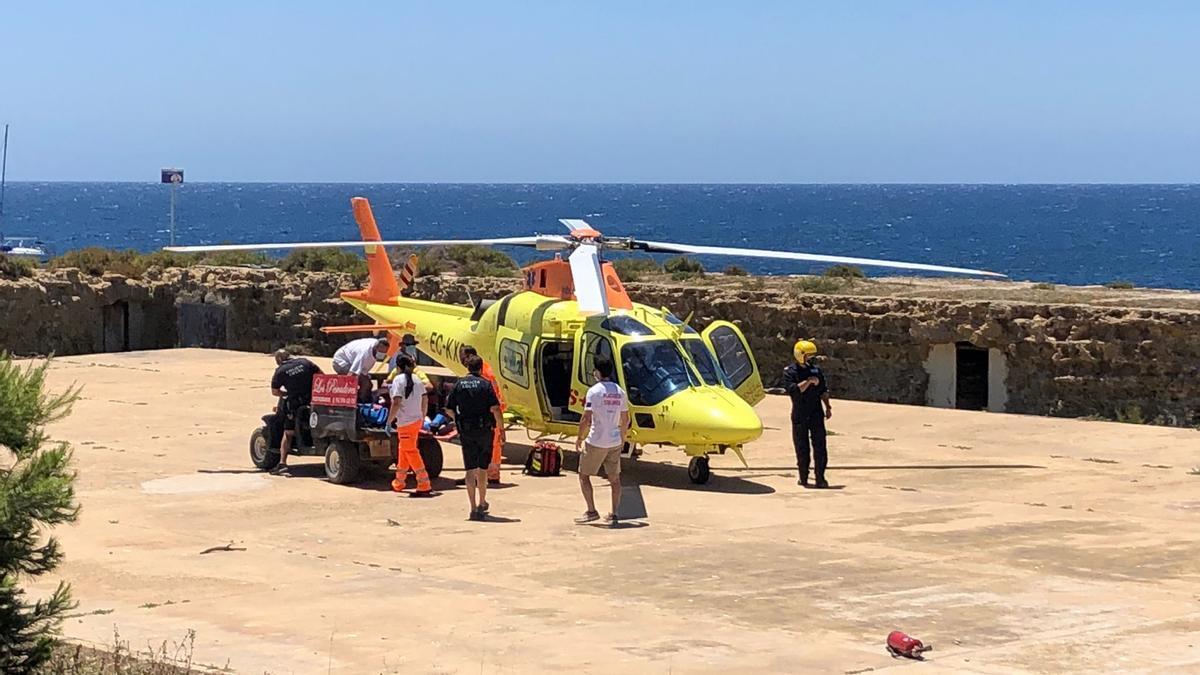 La visitante ha sido trasladada en helicóptero al Hospital General de Alicante.