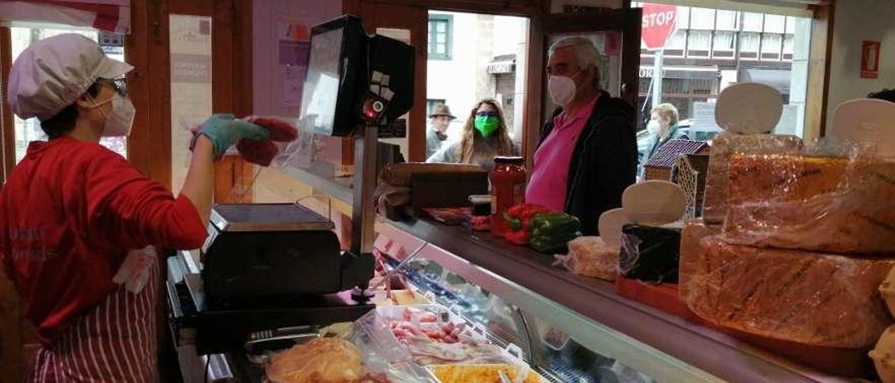 Aida Gutiérrez atiende a la clientela en una carnicería de Panes.