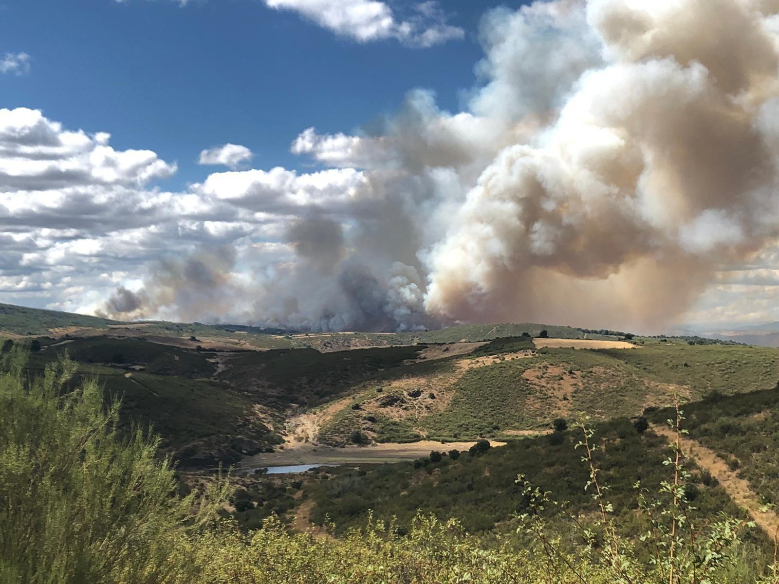 El fuego cerca Domez