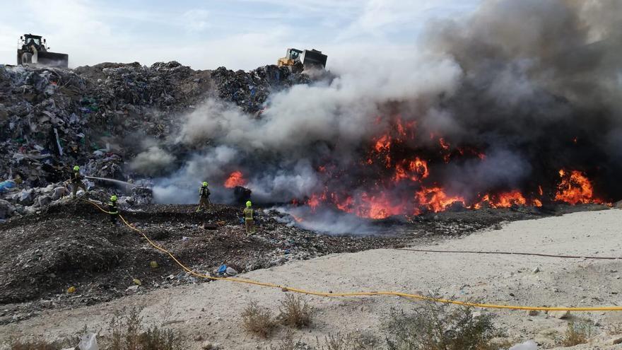 Los bomberos trabajan en la extinción de un incendio declarado en el vertedero de Fontcalent