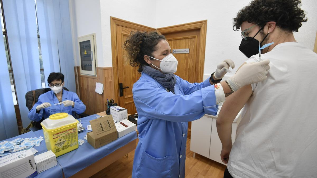 Un alumno de la UMU, vacunándose