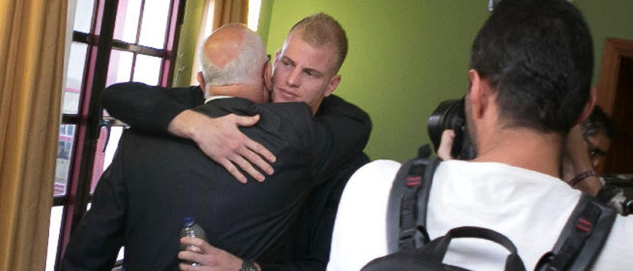 Pedro Amador recibe el saludo de su hijo Pablo tras ser proclamado alcalde.