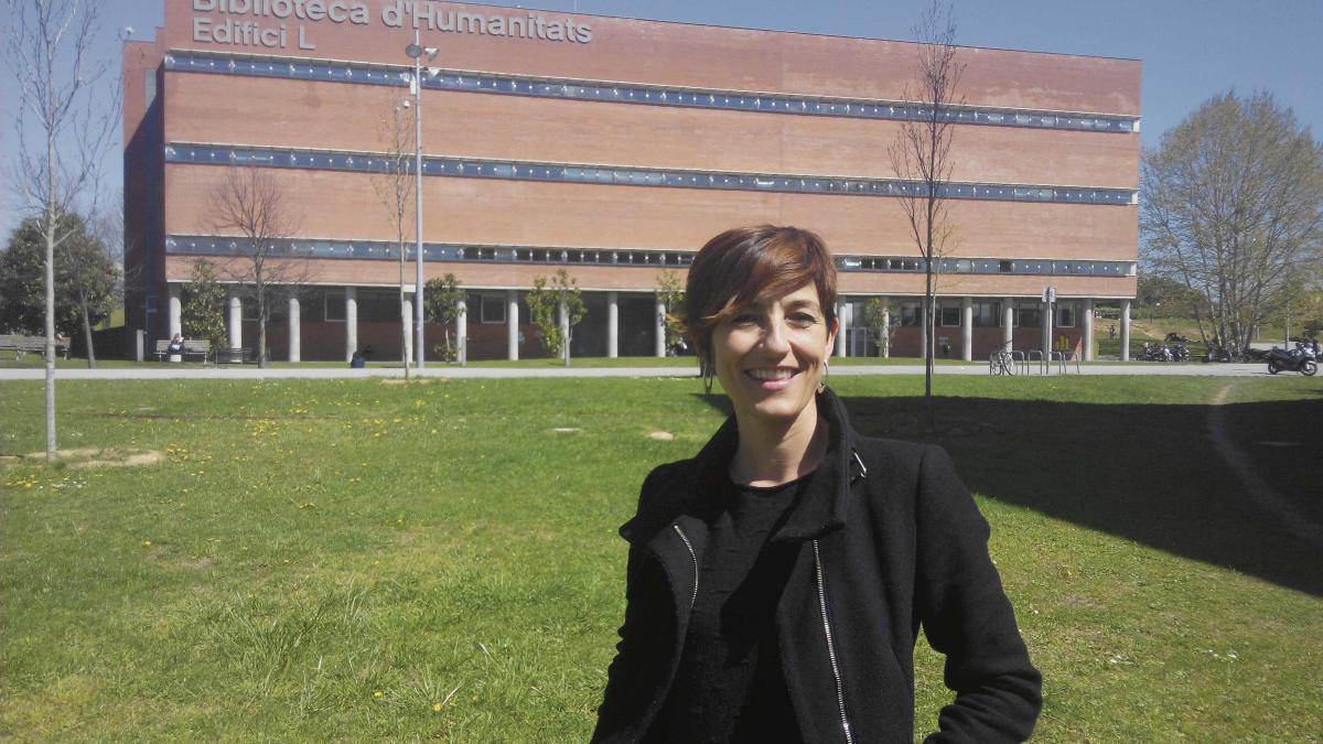 Aina Tarabini posa delante de la biblioteca d'Humanitats en la Universitat Autònoma de Barcelona.