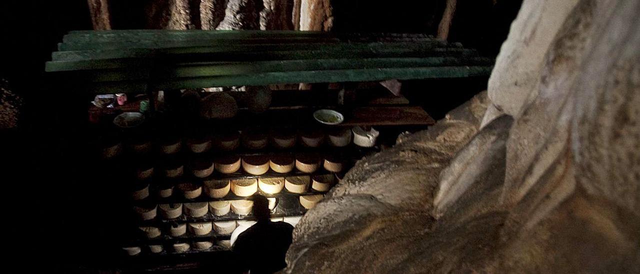 Interior de una cueva de maduración de cabrales.   Miki López