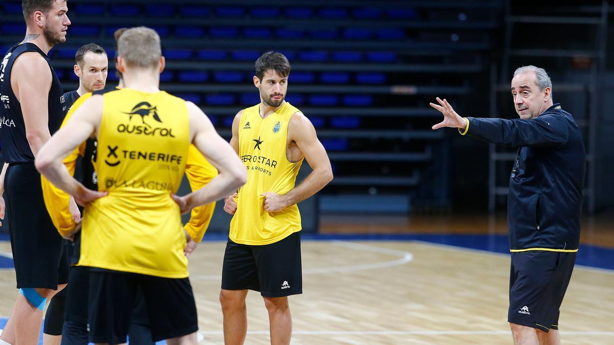 Txus Vidorreta habla con sus jugadores, durante un entrenamiento de esta semana.