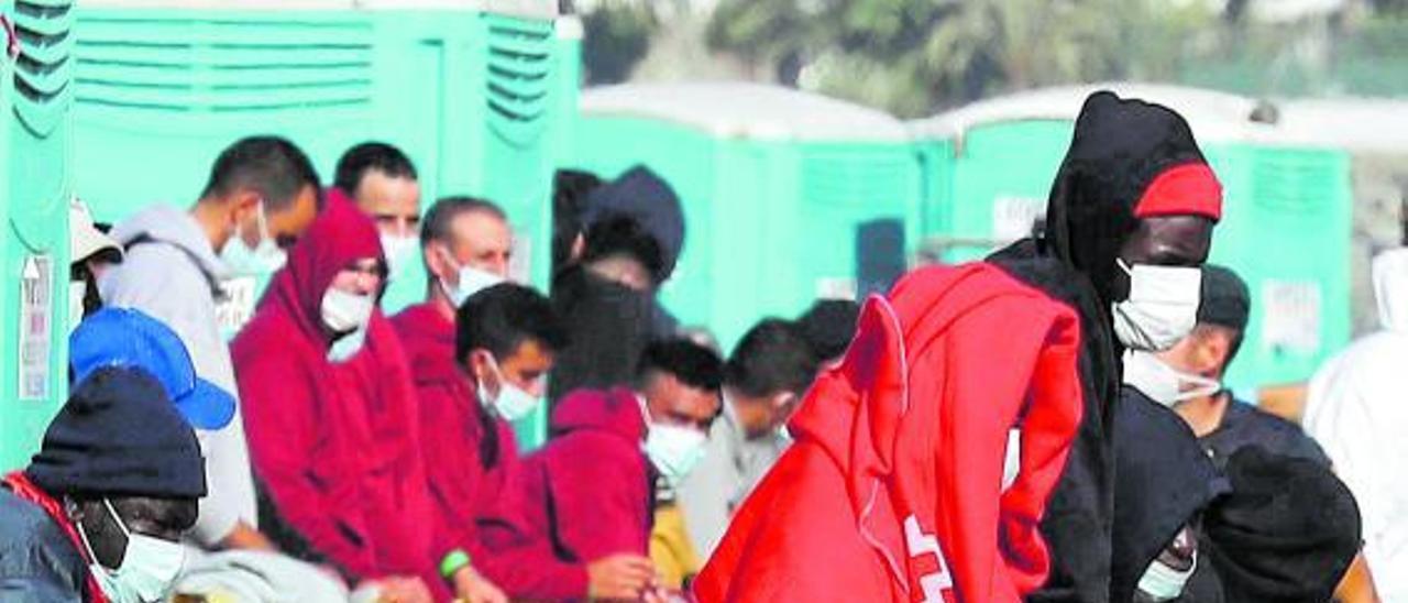 Migrantes en el muelle de Arguineguín, ayer.     ELVIRA URQUIJO / EFE
