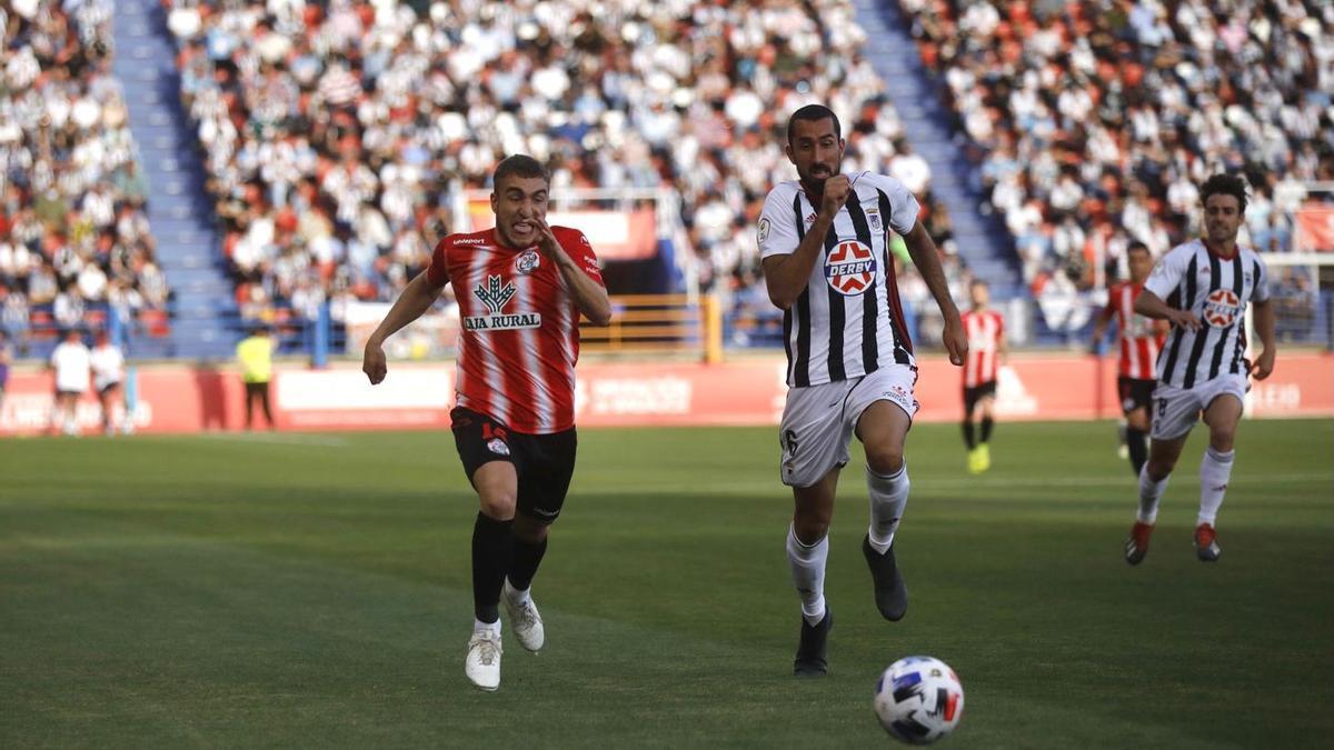 Perero pelea por el balón en el duelo Badajoz-Zamora CF