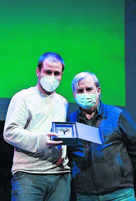 Adrià Serra amb Joan Morros i el premi Galliner