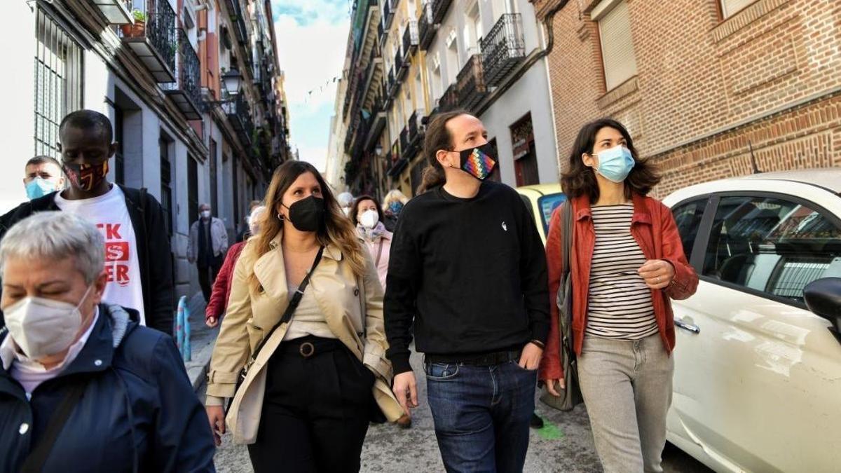 El candidato de Unidas Podemos, Pablo Iglesias, junto a las miembros de su lista Isa Serra y Alejandra Jacinto, durante su visita a Lavapiés.