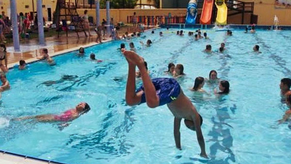 La flexibilización en el uso de mascarillas en exteriores llega a los espacios acuáticos. | LEVANTE-EMV