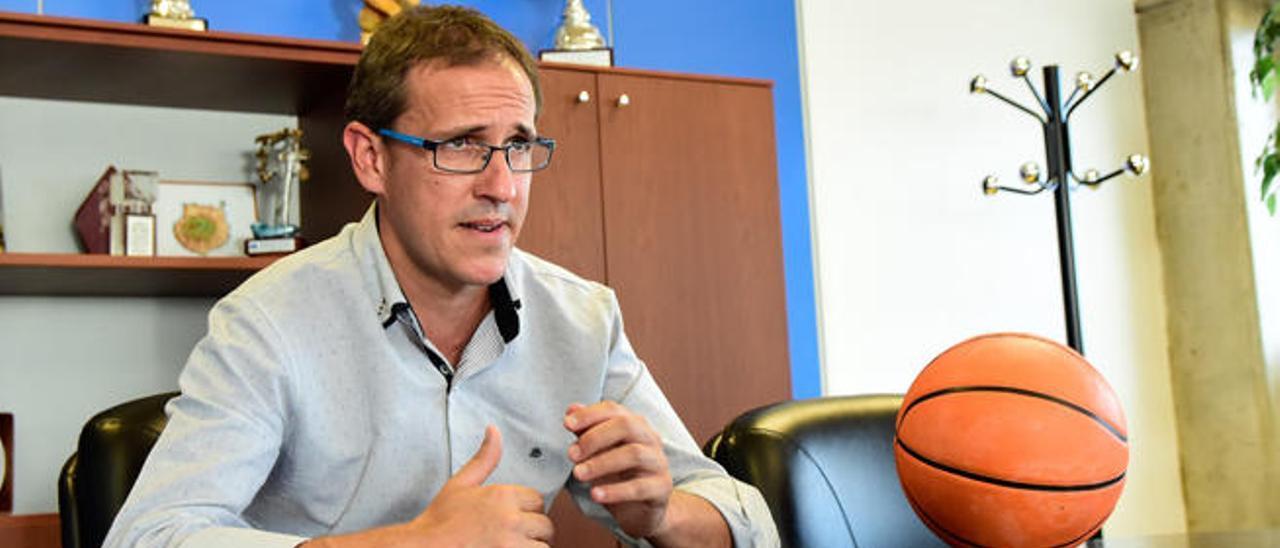 Óliver Armas, vicepresidente del Herbalife, en uno de los despachos del Instituto Insular de Deportes.