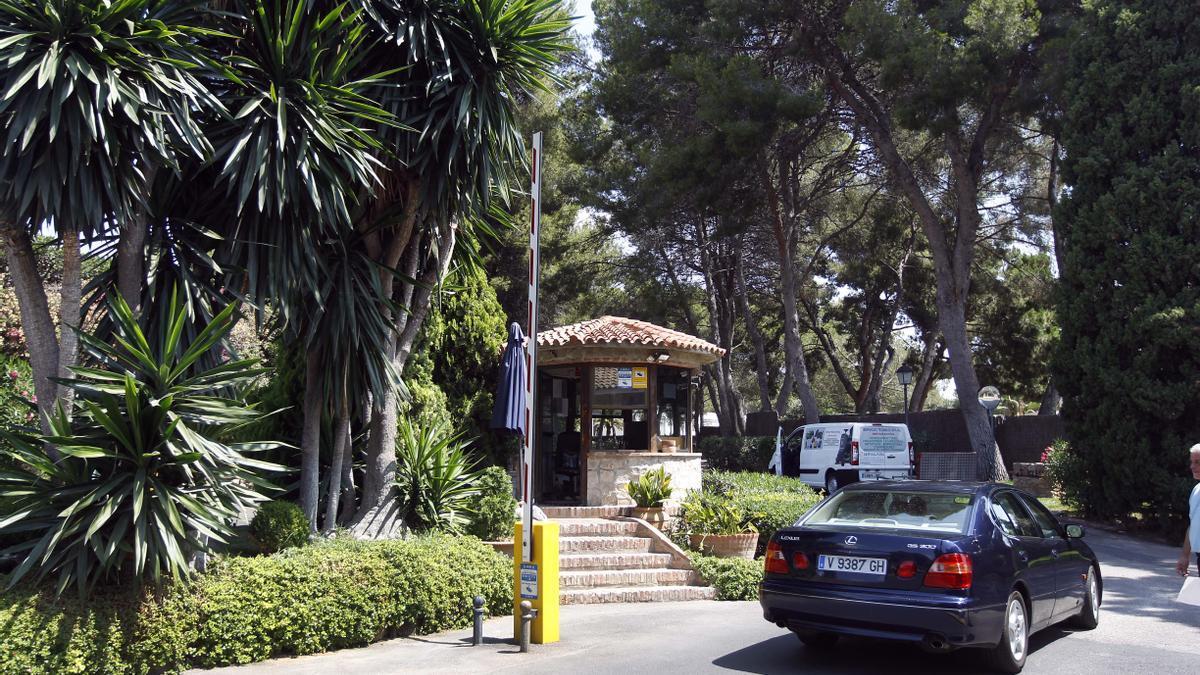 La entrada a una de las urbanizaciones más exclusivas de la provincia de Valencia