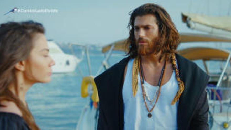 """Este es el cantante que ha declarado su amor a Can Yaman protagonista de la telenovela Erkenci Kus: """"Te amo"""""""