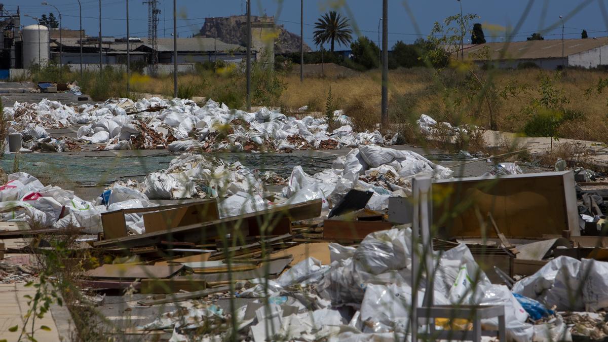 Al margen del problema de los vertederos, la Administraicón es incapaz de frenar la aparición de escombreras