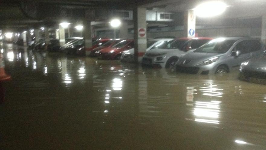 Unos 20 coches afectados en la inundación de un parquin público en Sagunt