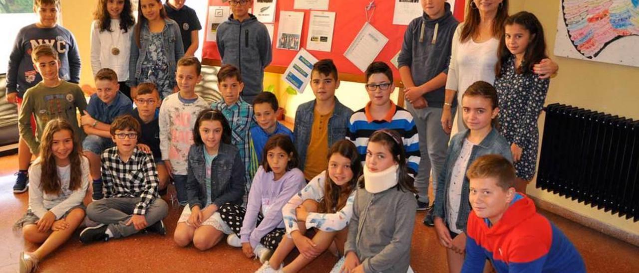 """Los alumnos del colegio de Coaña que participaron en la actividad sobre """"Les Luthiers""""."""