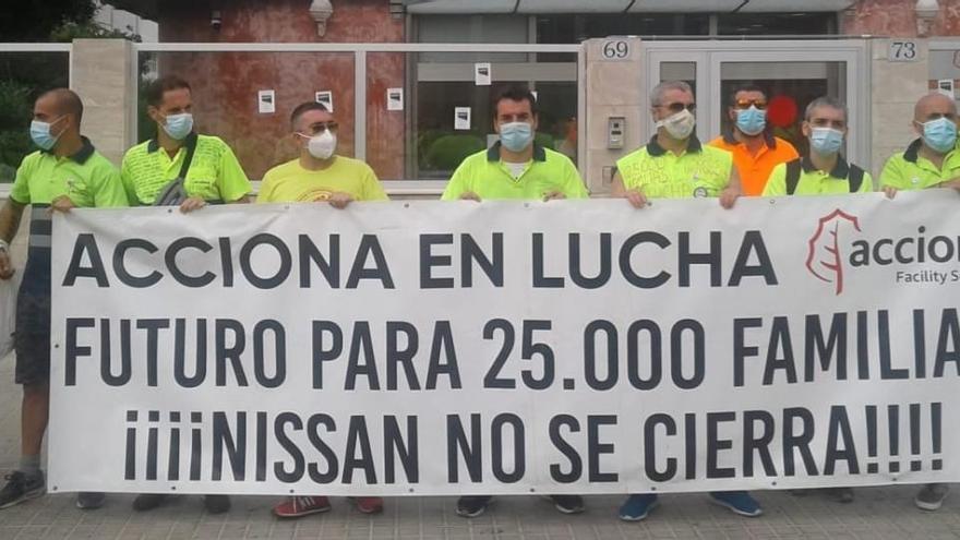 Empleados de Acciona bloquean el acceso a la planta de Nissan en Barcelona