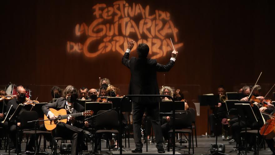 Un bello diálogo entre la Orquesta y la guitarra flamenca de Cañizares abre la cita con las cuerdas