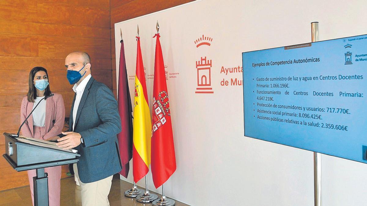 La concejala de Movilidad, Carmen Fructuoso, y el edil de Gestión Económica, Enrique Lorca, ayer en rueda de prensa