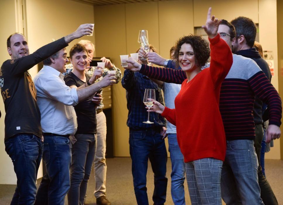 Los trabajadores de la consultoría informática 4set, ubicada en la avenida de Zugazarte de Las Arenas, en Getxo (Bizkaia), festejan por haberse repartido 20 series del segundo premio de la lotería de Navidad, el número 51.244., lo que supone 25 millones de euros. EFE