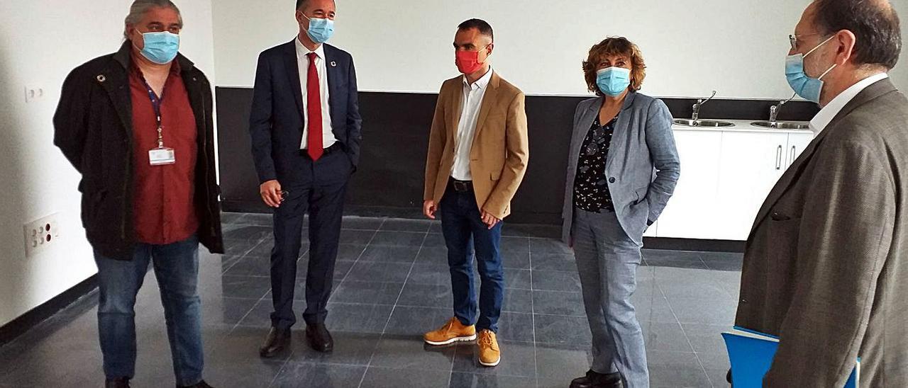 Por la izquierda, el gerente del área sanitaria III, Ricardo de Dios; Pablo Fernández; Iván Fernández; la directora general de Política y Planificación Sanitarias, Lidia Rodríguez, y el arquitecto de la Consejería Jesús Menéndez.
