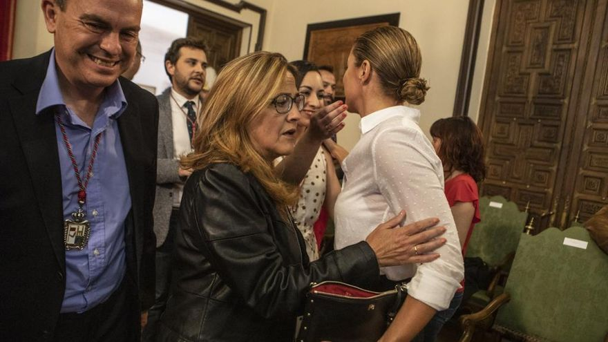 Mayte Martín Pozo se cruza con Clara San Damián en el Ayuntamiento de Zamora.