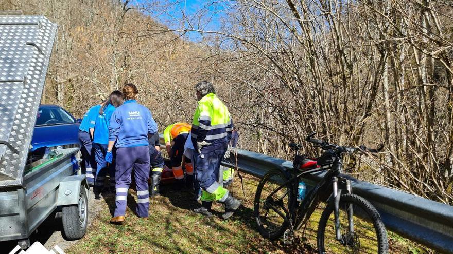Herido un ciclista tras chocar contra el quitamiedos de la carretera de Caleao