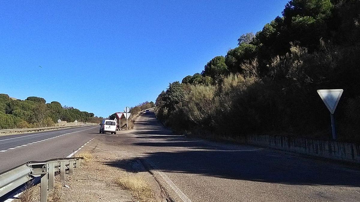 Un vehículo se incorpora a la N-122 desde la carretera que une el puente de hierro y El Canto.