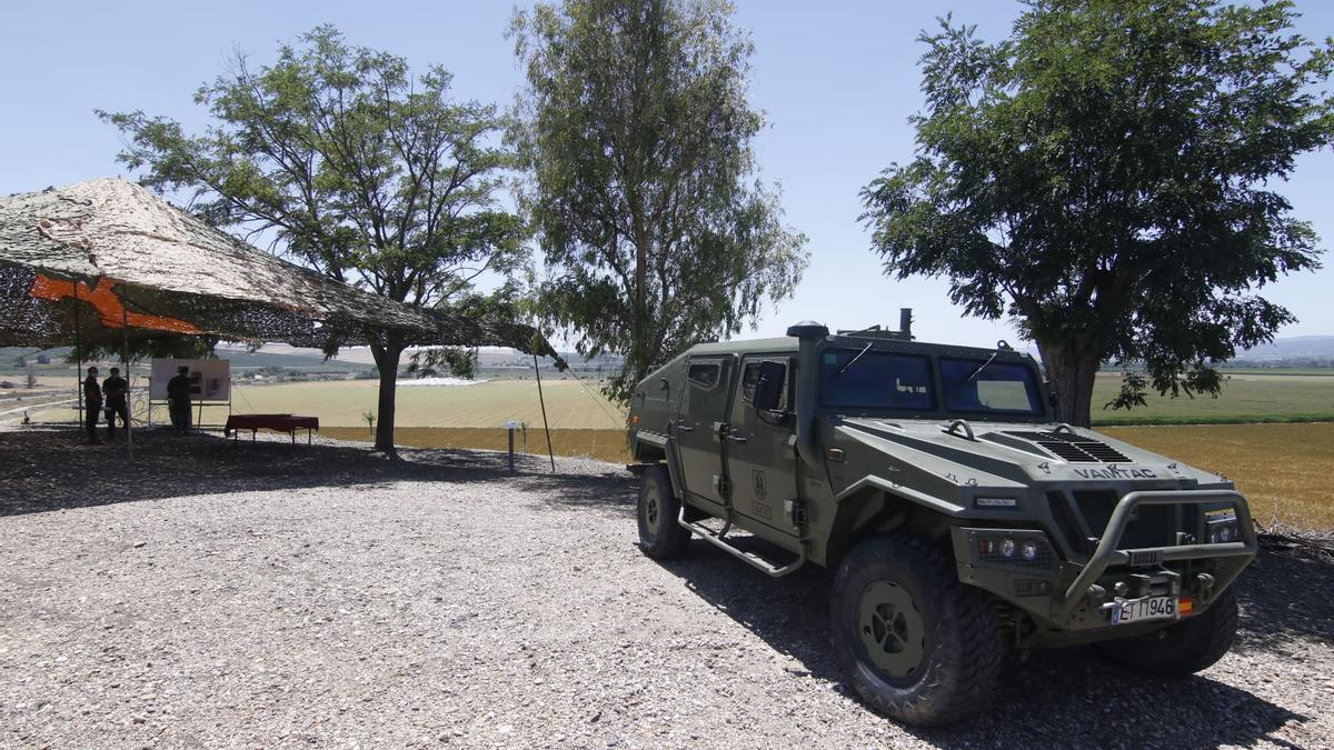 Militares, en la La Rinconada, donde se ubicará la base militar. En primer plano, un vehículo blindado Vamtac.