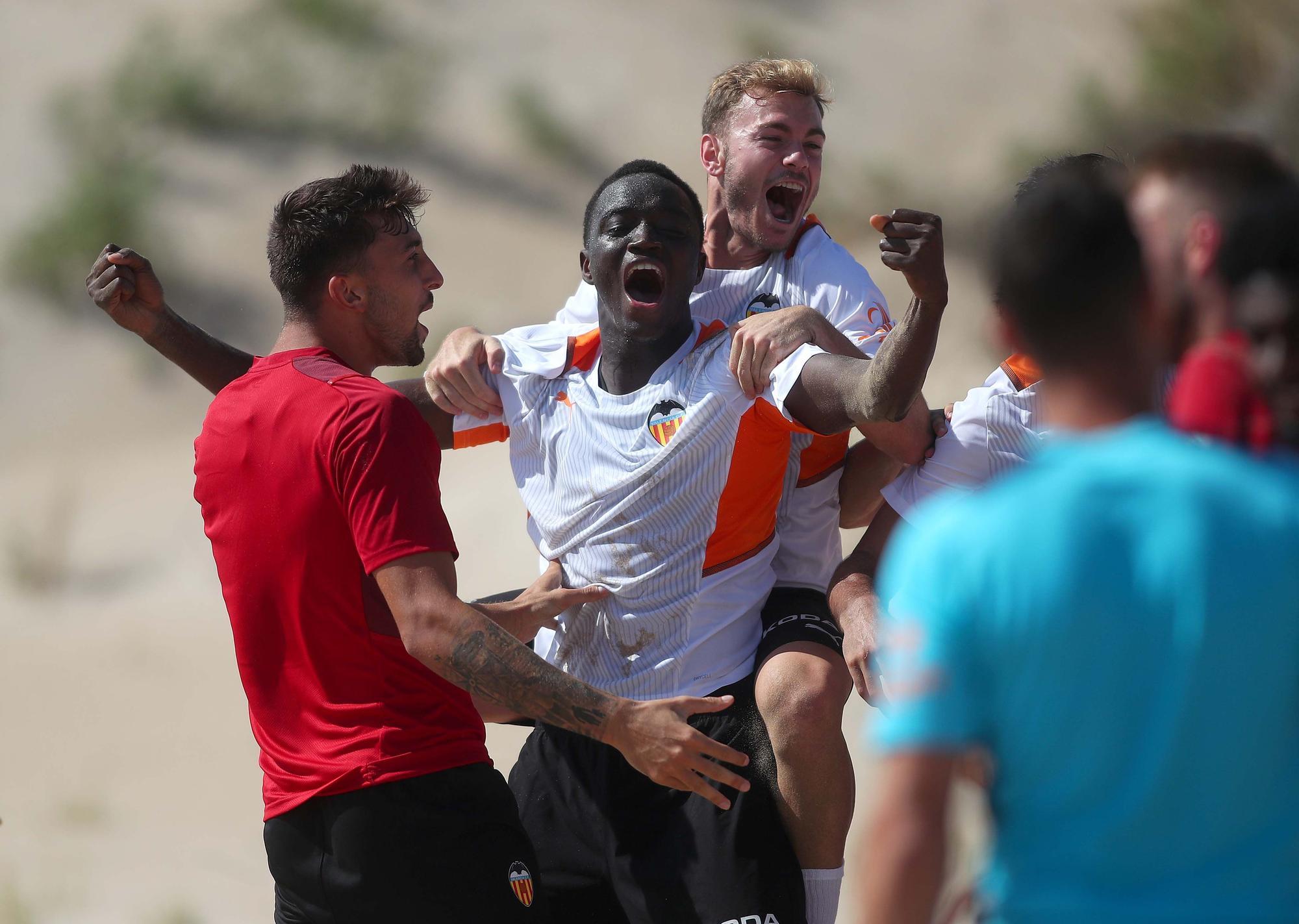 El Valencia CF se entrena en la playa