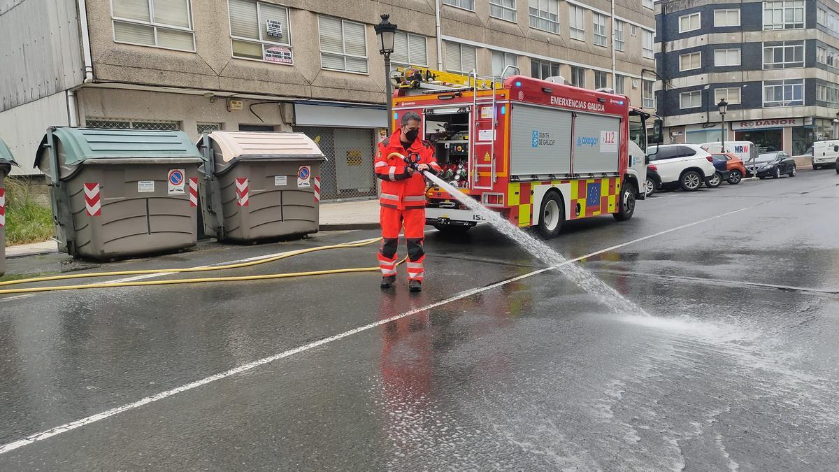 Un operario de Emerxencias Lalín limpia el vertido de la calle Ponte. // Emerxencias Lalín