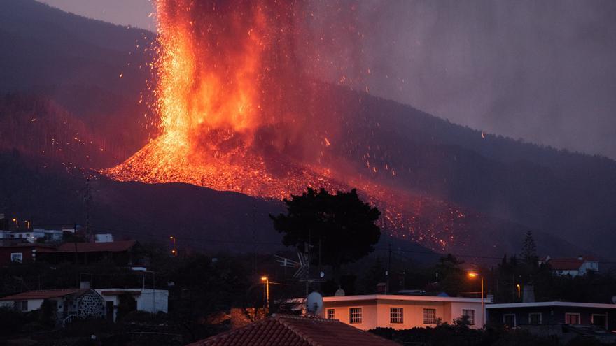 La colada de lava crece en altura y extensión