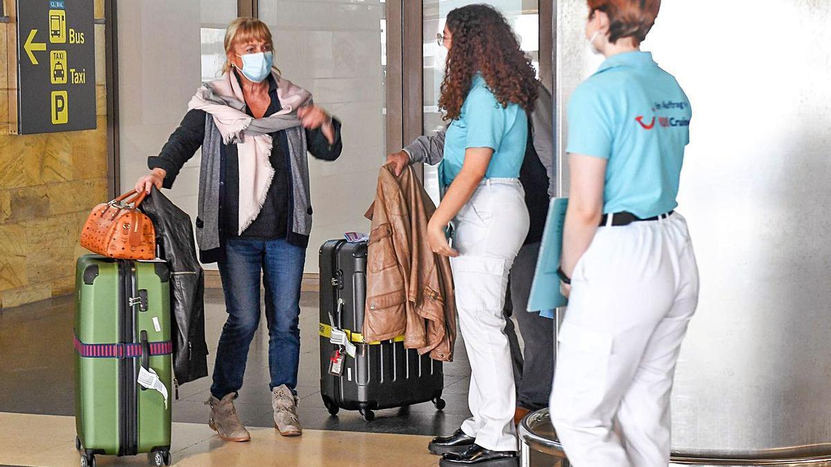 Una turista llega al aeropuerto de Gran Canaria.