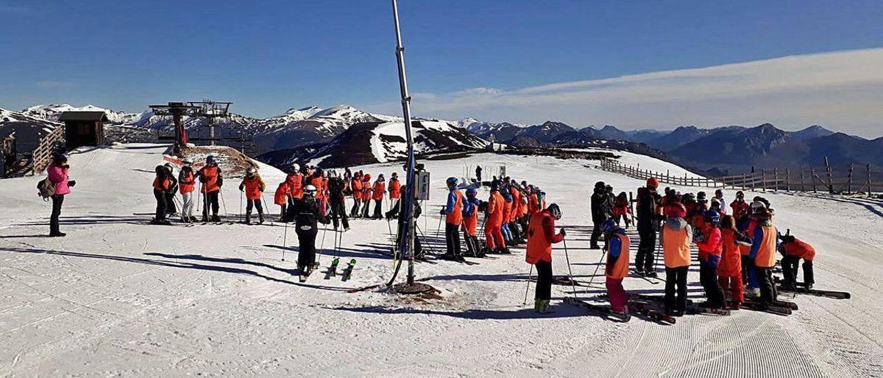 Un grupo de alumnos de la Semana Blanca, en la estación de Pajares la pasada temporada.