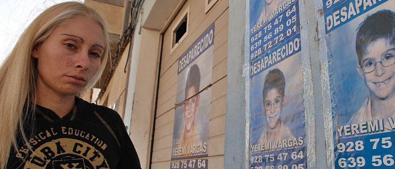 Ithaisa Suarez, madre de Yeremi Vargas, delante de carteles con la imagen de su hijo, en Los Llanos, en Vecindario. | | JUAN CASTRO