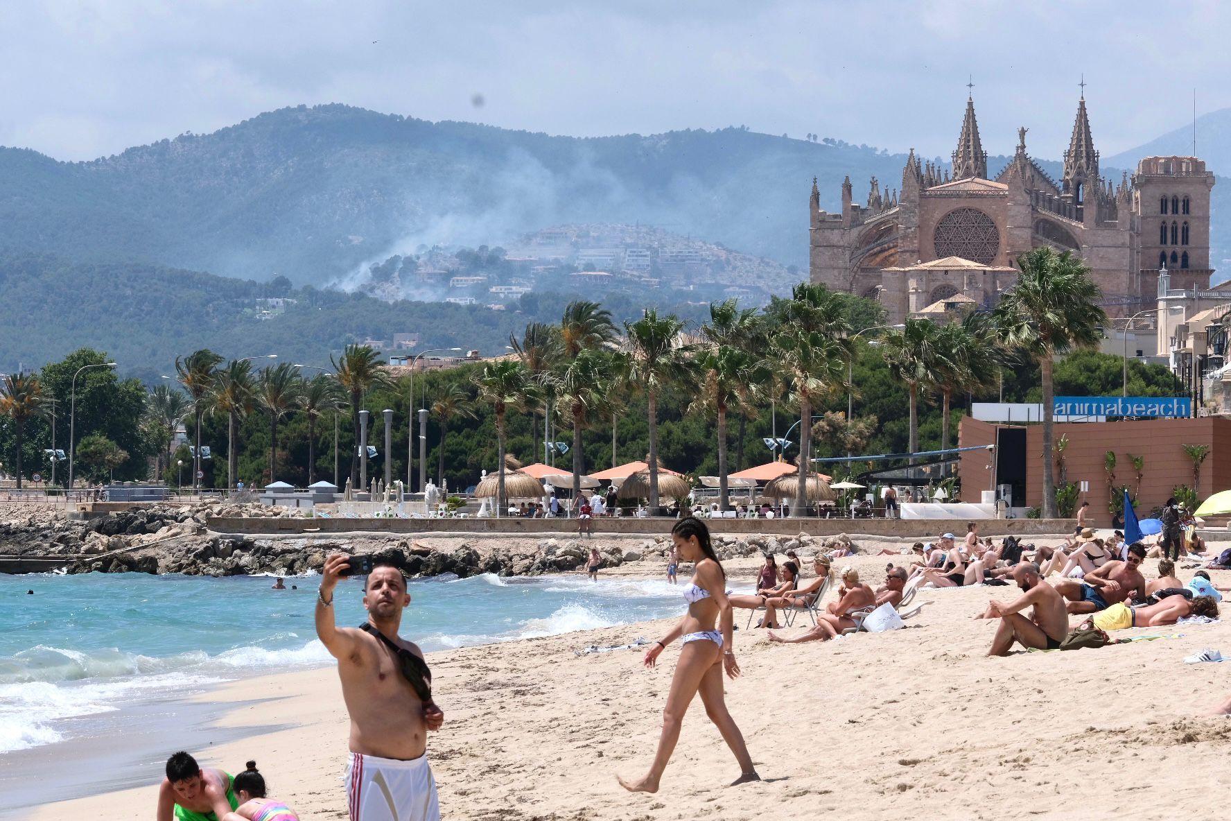 Un gran incendio declarado en el Coll de sa Creu se acerca peligrosamente a las viviendas de Son Vida