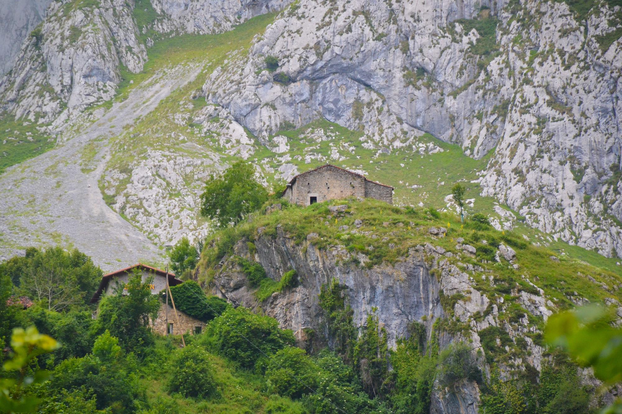Dos de las casas de Bulnes de Arriba, vistas desde el camino de entrada a Bulnes de Abajo.