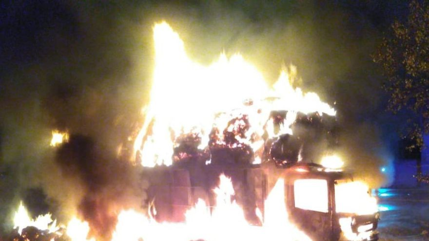 Arde un camión de paja cerca de viviendas en la pedanía caravaqueña de La Almudena