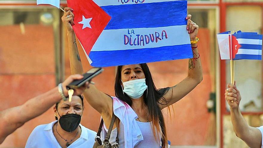 Concentración en Gandia contra el régimen cubano y en apoyo a las protestas por la libertad