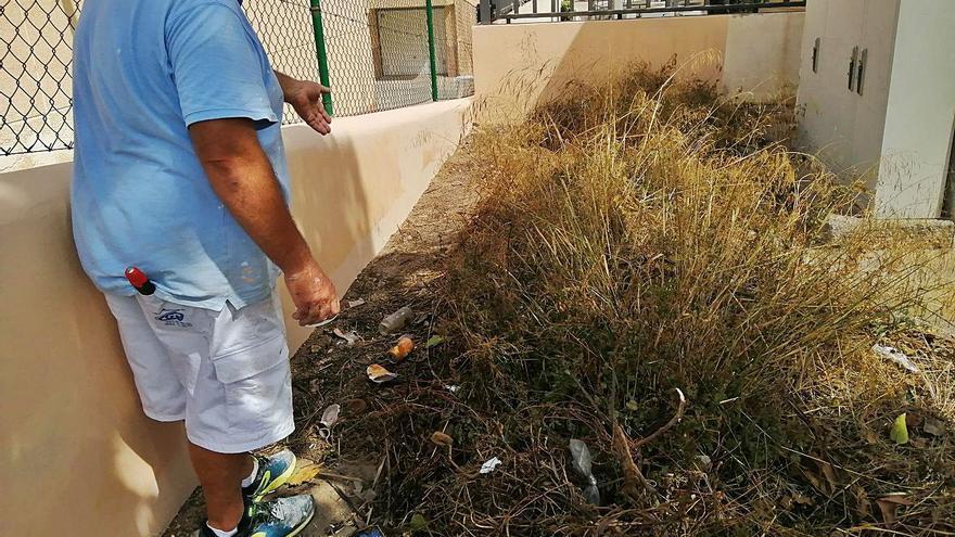 Un transformador repleto de basura junto a comisaría