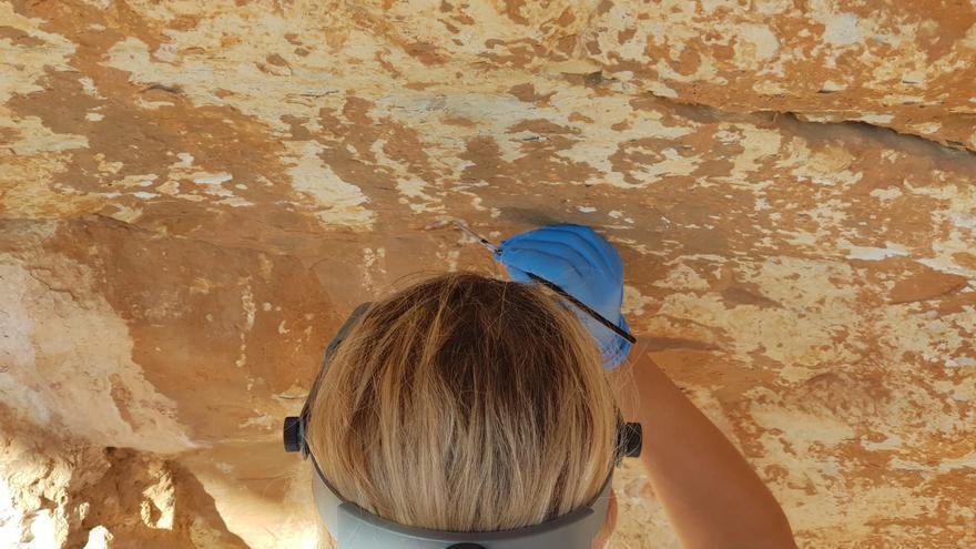 Descubren nuevas pinturas y grabados en la cueva neolítica del Mançano de Xaló