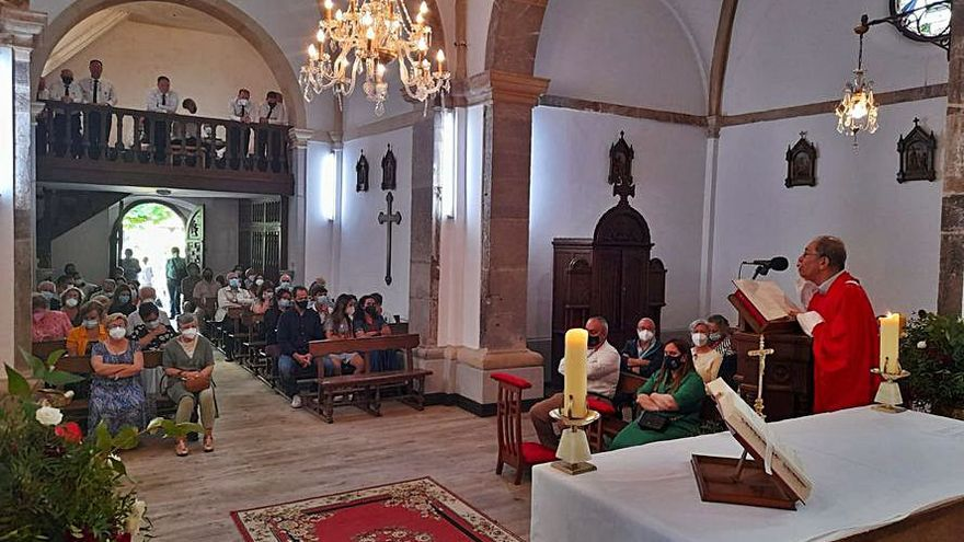 Caravia celebró la festividad de Santiago con una misa cantada por el coro de Lastres