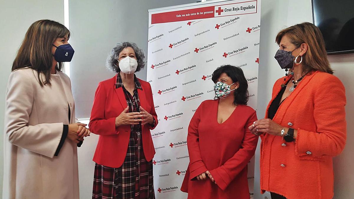 Por la izquierda, Leticia González, Rosa Corujo, Lucía Espina y Conchita Méndez, ayer, durante la visita de las ediles a las dependencias de Cruz Roja en Oviedo.   LNE