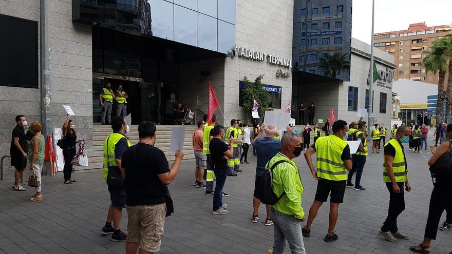 Protesta de trabajadores del  AVE y el Euromed en ERTE desde marzo