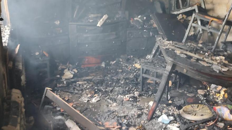 Interior de la casa calcinada por las llamas en Toro.