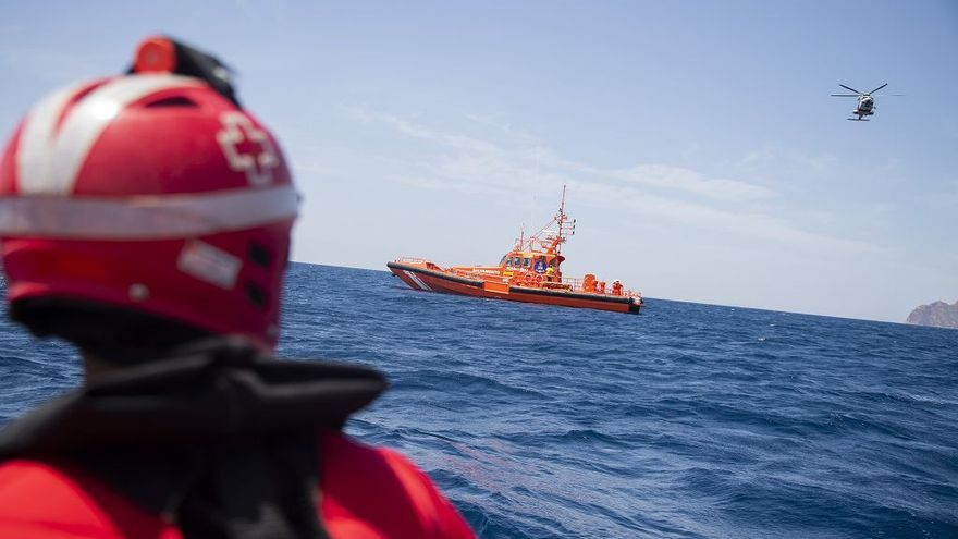Interceptada una patera con trece hombres y una mujer migrantes en Lorca
