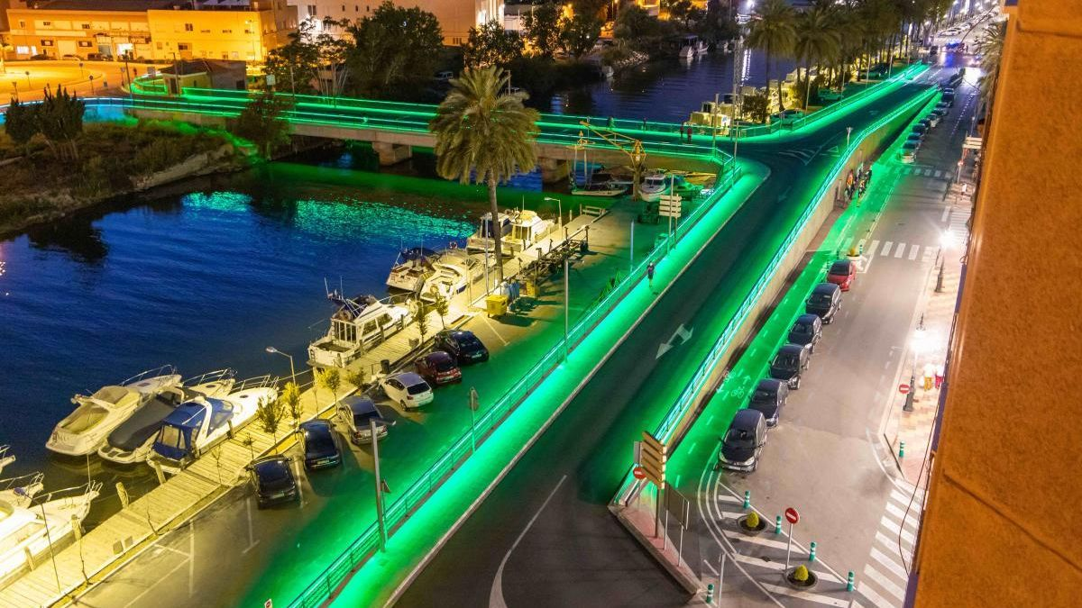 El Pont de Pedra iluminado de verde.