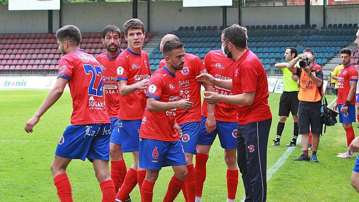 Los hombres de Fernando Currás celebrando un gol con el míster en O Couto. |  // IÑAKI OSORIO