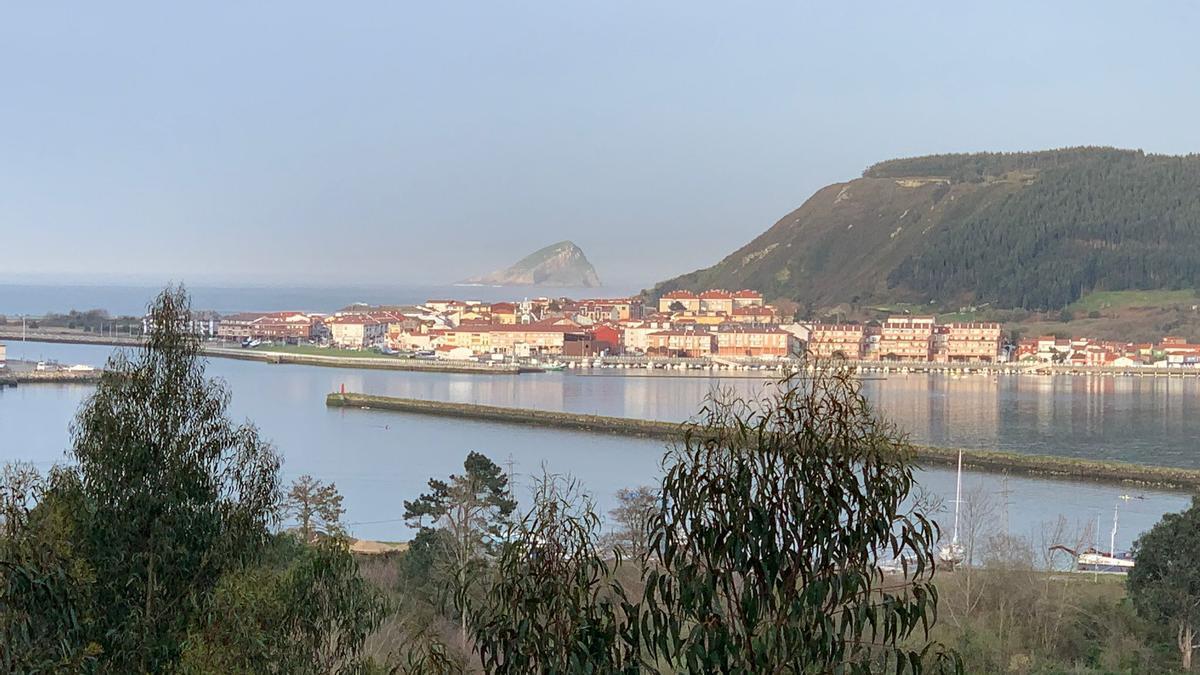 Tarde soleada en la desembocadura del Nalón, vista desde San Esteban de Pravia.