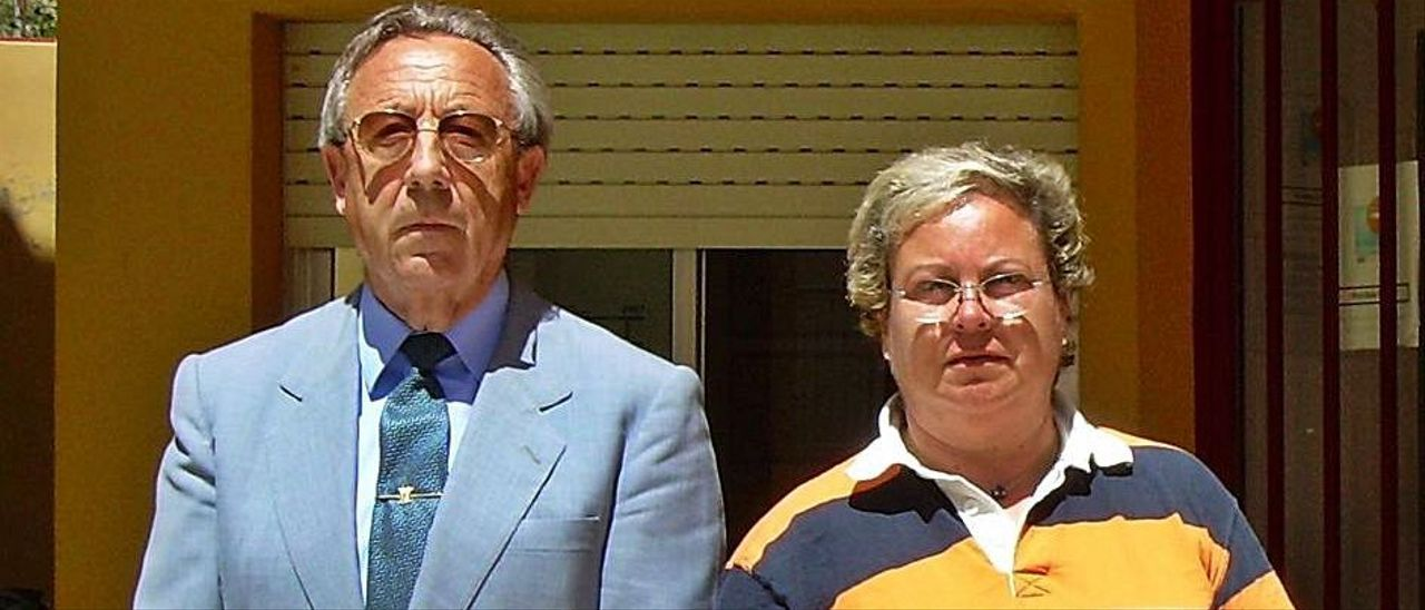 La exalcaldesa y el otro exedil detenido, en una imagen de 2007. A la derecha, una manifestación contra los PAI en 2005. | INFORMACIÓN/S.BOTELLA